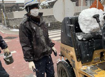 雪の降る中 奮闘中